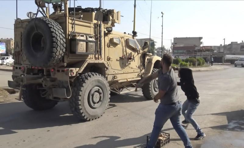 """?""""美国骗子""""撤离 库尔德人怒砸薯仔"""