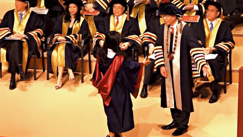 毕业生戴口罩上台 香港理大校长拒握手