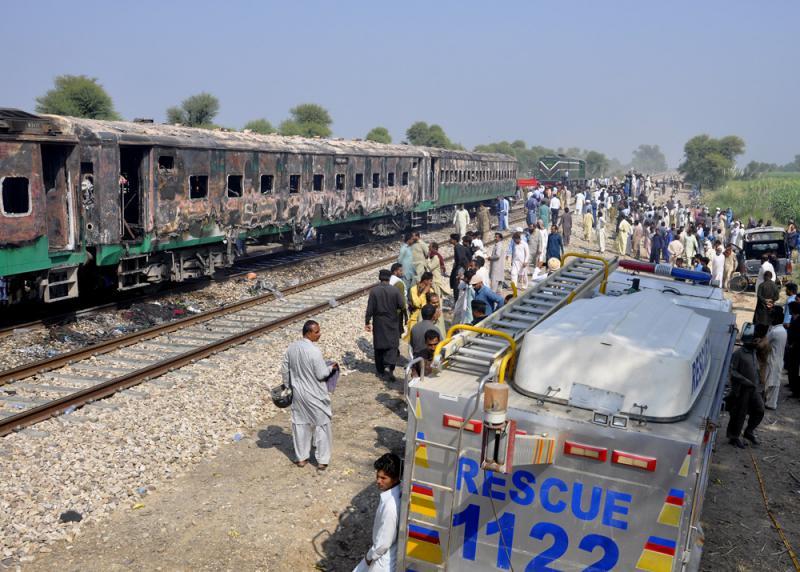 ?乘客煮食酿气爆 巴国列车大火致74亡
