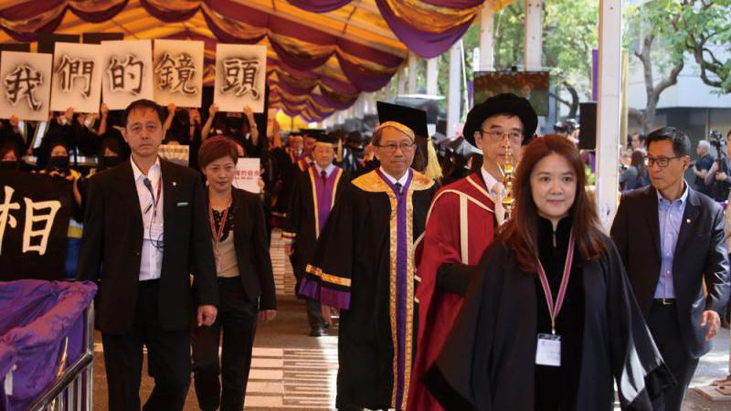 ?暴徒学生捣乱 香港中文大学毕业礼腰斩