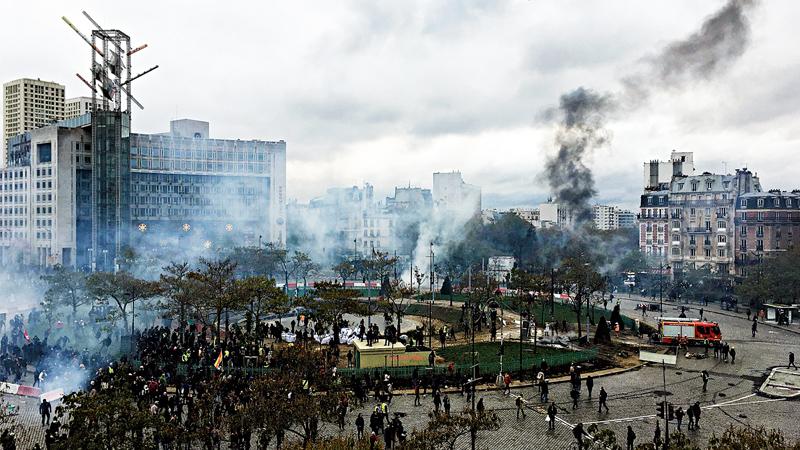 """""""黄背心""""一周年六成民众思稳 暴力余威续蔓延"""