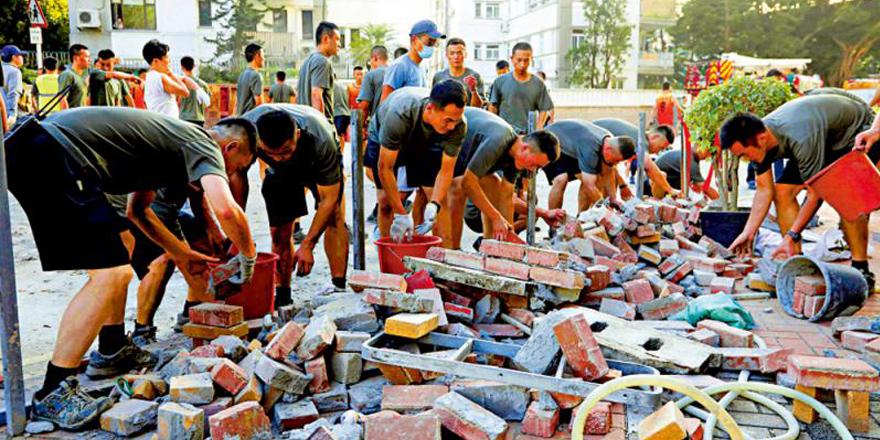 香港市民轰泛暴派与民为敌老屈驻军 竟谴责清障善行