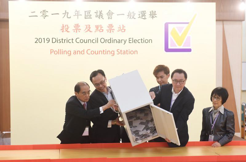 选举早在选民登记开始\香港菁英会副主席 梁秉坚