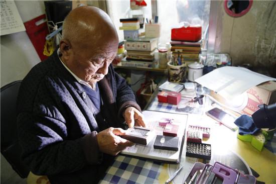 甘肃耄耋老人微雕60载 米粒上刻字显真功