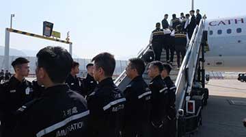 ?香港入境处包机遣返30名越南人
