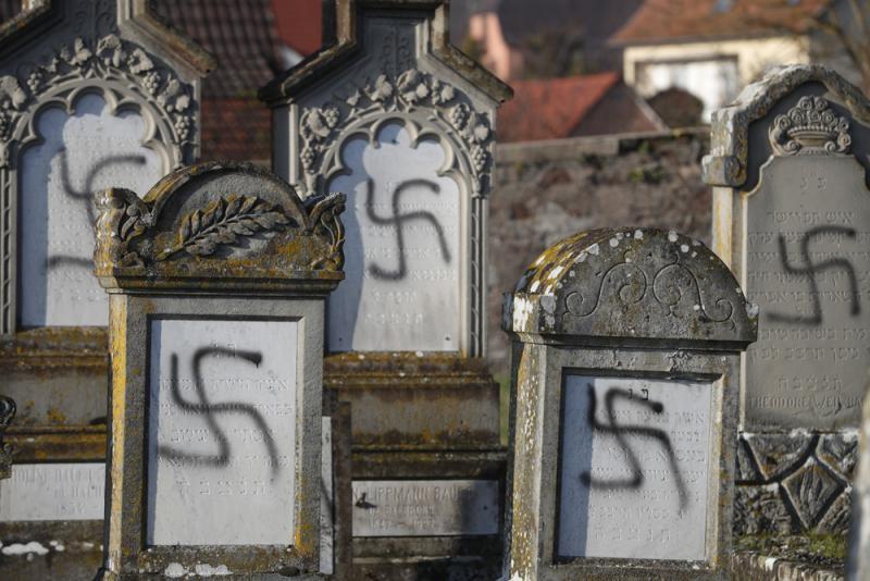 ?法逾百猶太人墓遭涂納粹標志
