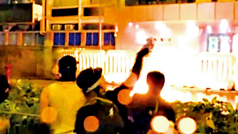 """社 评\暴乱将香港推向""""国际恐怖主义中心"""""""