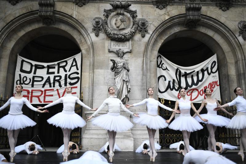 ?不想64岁才退休 巴黎舞者街头跳芭蕾