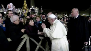 ?女信徒强拉扯 教皇无奈猛拍手