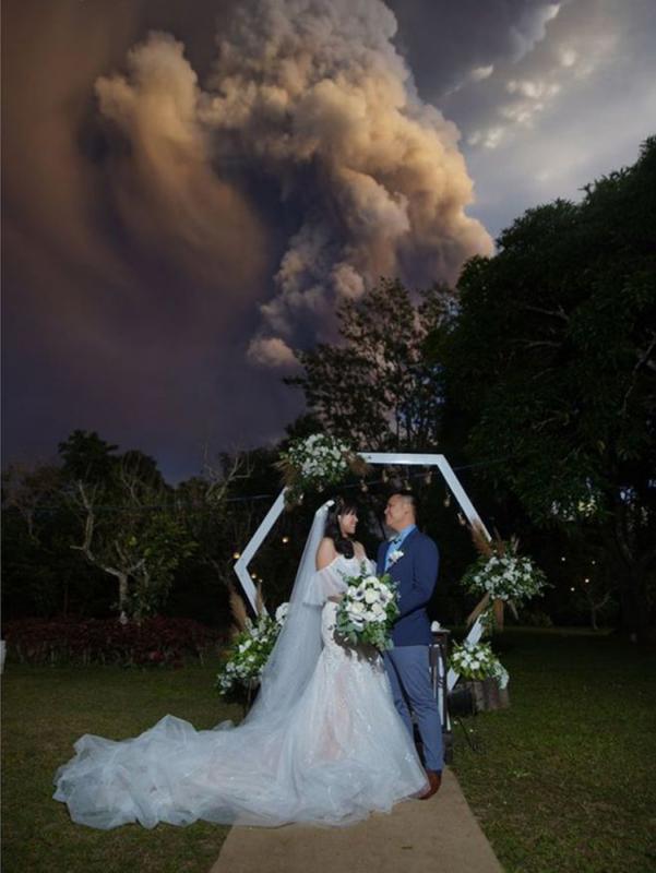 婚礼不取消 新人照现意外背景