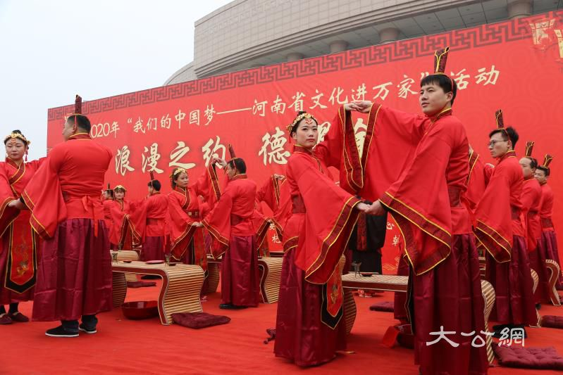  杞縣首屆新風尚集體婚禮舉行 19對新人喜結良緣