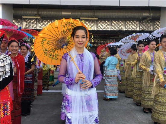 缅甸民众欢迎习主席到访,现场气氛热烈