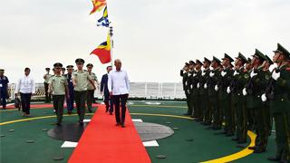 菲国防部长洛伦扎纳参观中国海警5204舰