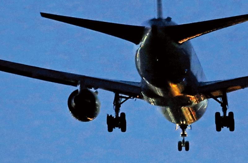 ?引擎故障轮胎爆裂 加客机有惊无险