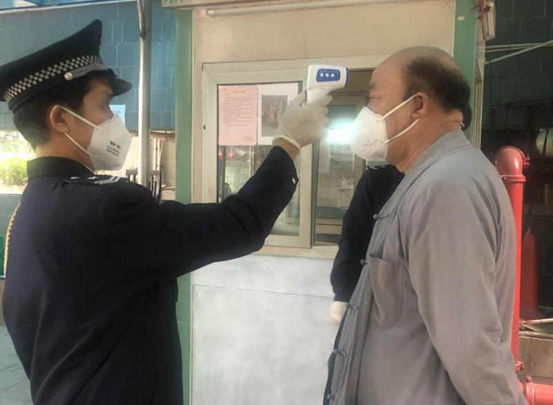 穗社区升级防疫 进出测温拒访客