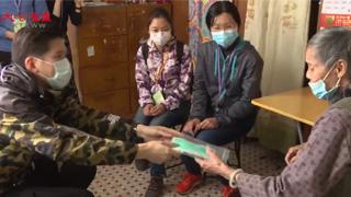 警察谢子峰:自费派口罩暖长者
