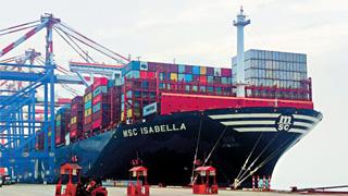世界最大集装箱船靠泊厦门港