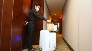 """香港?酒店出动""""机械人""""为隔离者送餐"""