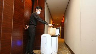 """香港酒店出动""""机械人""""为隔离者送餐"""