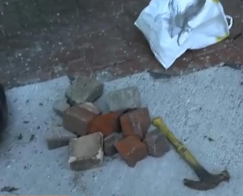 高德娱乐:暴徒再消费死者搞事 警将军澳检槌砖