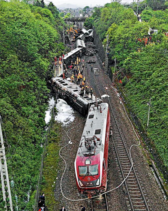 ?湖南火车撞塌石 脱轨侧翻致1死