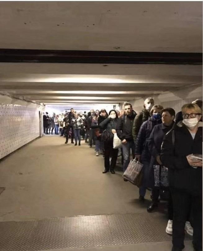 """莫斯科地铁口似开派对 华人忧通行证成出街""""邀请"""""""