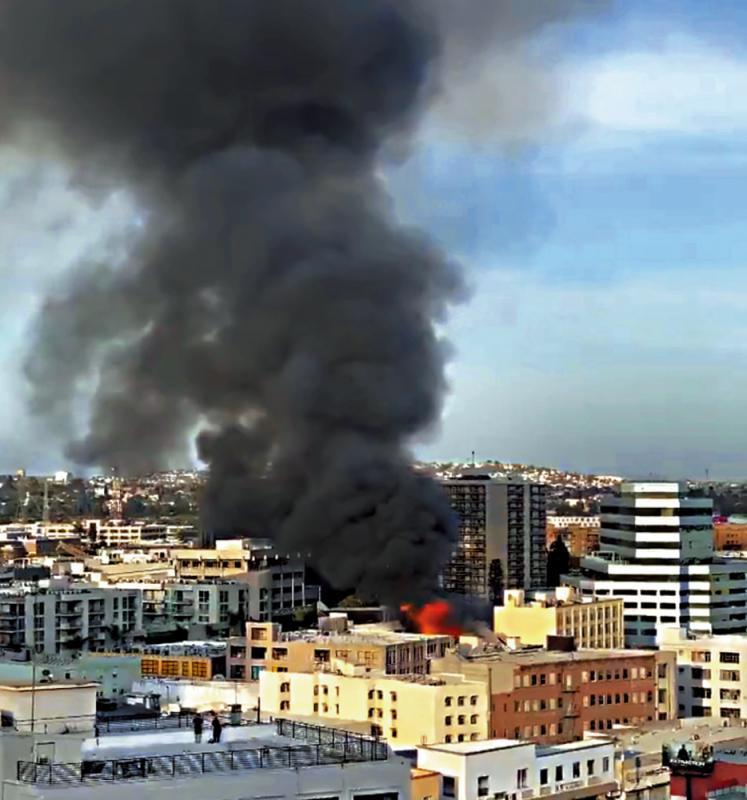 洛杉矶大火引发爆炸 11名消防员烧伤|高