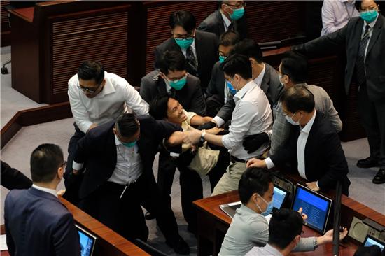 陈健波主持内会 反对派手机软件翡翠台下载冲击主席台多人被逐