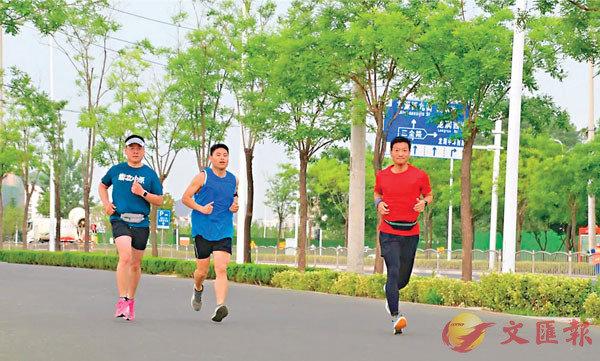 香港文汇报:鼎立中原在线马拉松开赛