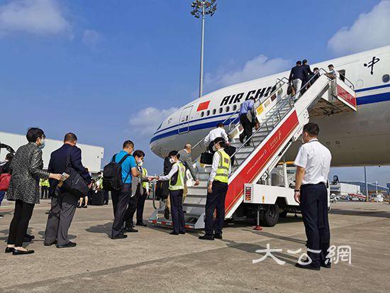 港區全國人大代表團集體乘機赴京參會