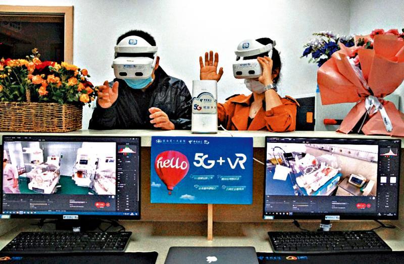 ?爸妈戴VR眼镜 探视住院BB