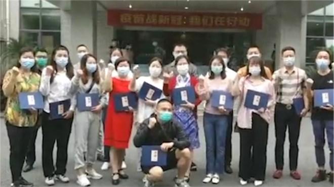 新冠疫苗志愿者领取纪念画册  陈薇院士现场签名