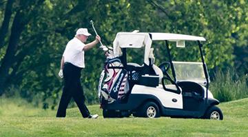 新冠肺炎死亡人数近十∮万 特朗普仍兴致勃勃打高尔夫