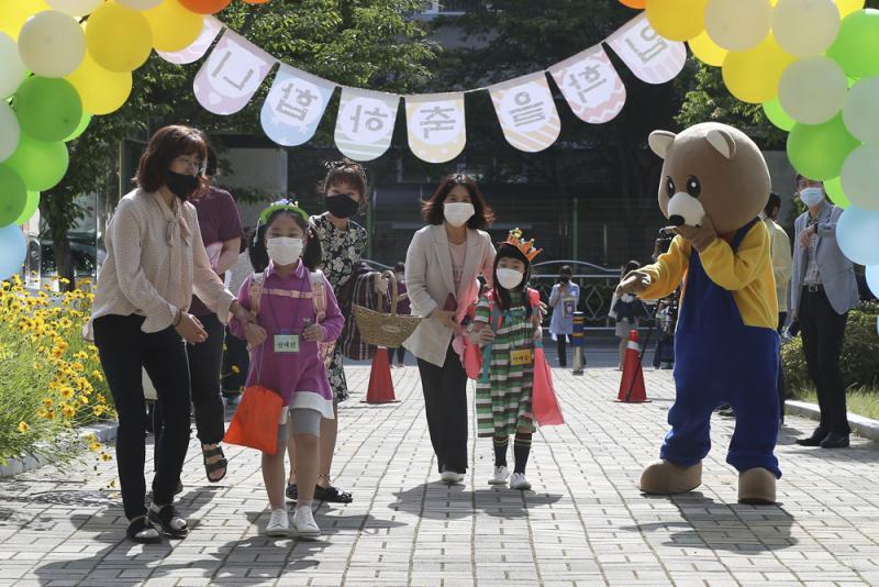 复课仅两天老师确诊 韩紧急叫停返校