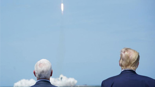 ?无视全美乱局 特朗普看太空船发射