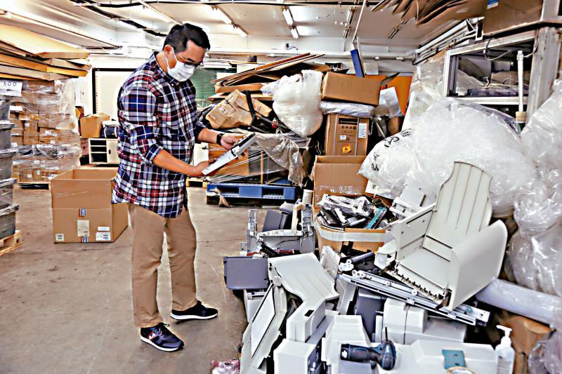 """? 绿色记◆事簿/油价暴跌 废胶回收""""做一吨蚀一吨""""/大公报�L记者 谢进亨"""