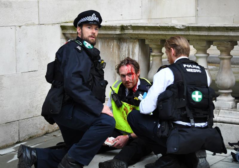 ?伦敦骚乱27警伤 英揆矢言追责袭警者