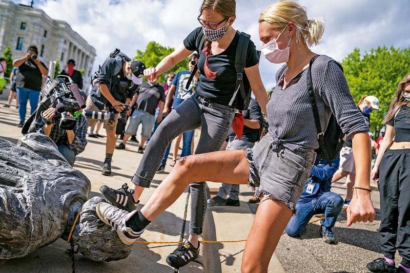 ?美』反种族歧视 哥伦车布雕像遭斩首