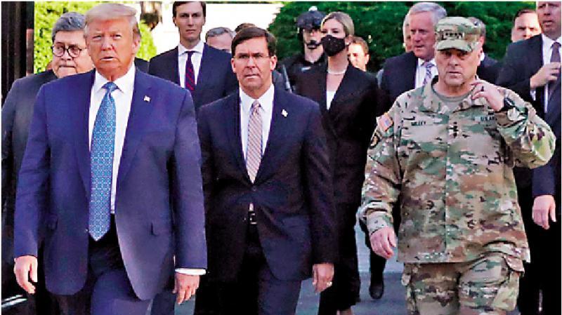 ?陪總統教堂擺拍 美軍高官認錯或辭職