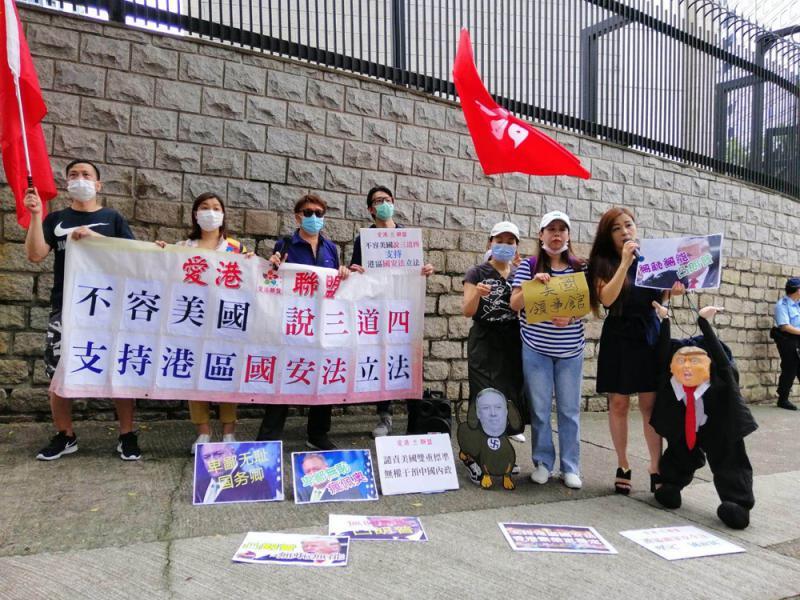 ?市民英美领馆外还这么风流抗议干预中国内政【