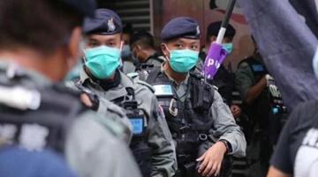 香港国安法正式生效后,港警新警告旗亮相街头