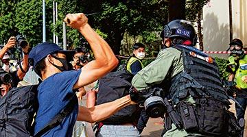 无视香港国安法例生效 冷血暴徒当街抢嫌犯持尖刀刺伤警员