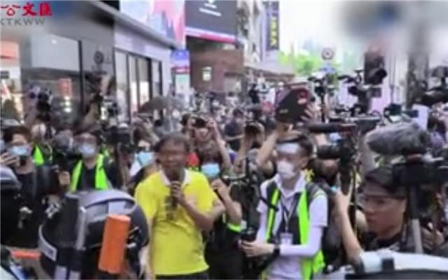 香港国安法生效 警举紫旗警告 男子持「港独」旗或成首名涉违法被捕者