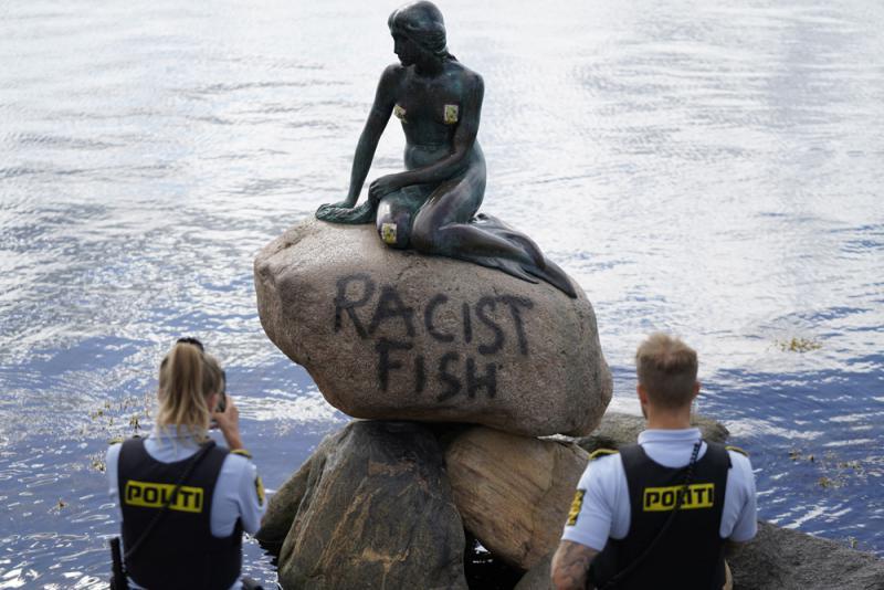 """?""""种族歧视的鱼"""" 丹麦小美人鱼像遭喷漆"""
