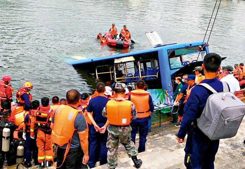 贵州安顺公交车坠湖事故已致21死16伤