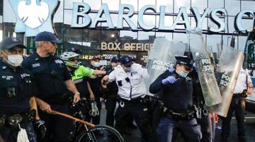"""美国司法部长承认警察""""区别对待""""黑人和白人"""