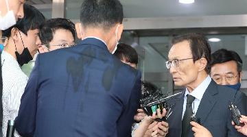 韩国记者在灵堂问首尔市长性丑闻 遭执政党党首怒斥