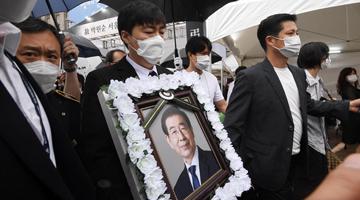 首尔市长出殡时 举报他性骚扰的女秘书突然发声