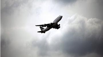 一航班遭炸弹威胁紧急降落英国伦敦 乘客安看著全疏散
