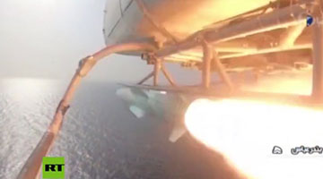 """伊朗演练攻击""""美航母"""":导弹击中,快艇包围"""